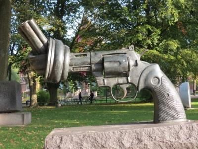 Carl Fredrik Reuterswärds Non Violence i Lund